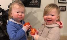 умилительное видео сестры-близняшки едят помидоры хихикают