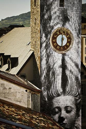 Веве (Швейцария), 2010 год, проект Unframed («Без рамы»). JR использовал картину Мана Рэя «Женщина с длинными волосами» (1929) из Елисейского музея в Лозанне.