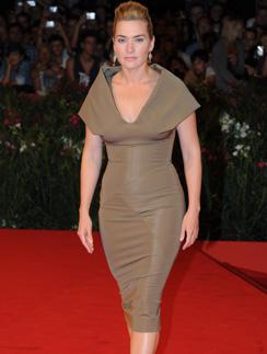 """На премьеру фильма """"Резня"""" Кейт Уинслет (Kate Winslet) надела узкое платье цвета хаки"""