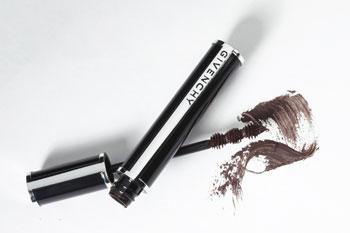 Новая тушь Givenchy Couture Noir с необычной – в виде трех шариков – щеточкой, которая обеспечивает объем, длину и подкручивание одновременно, оттенок Brown Satin.