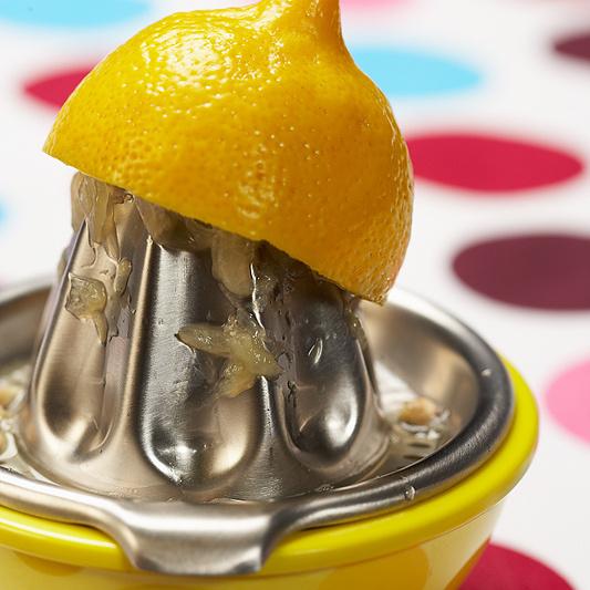 Лимонный сок, соль, сахар и специи