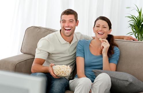 Обеды и ужины перед телевизором приведут к перееданию.