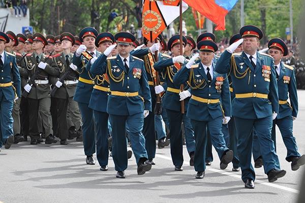 Парад Победы на Театральной площади в Ростове
