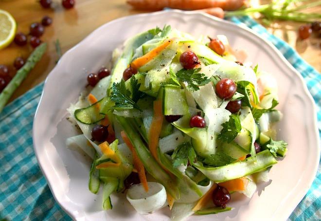 Зеленый салат с крыжовником