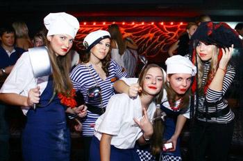 Московские тусовщики уже давно перестали ломать голову над образами на Хеллоуин – можно нарядиться поваром, юнгой, капитаном, да хоть рыбкой Поньо на утесе! Главное, чтобы ваш персонаж был мертвецом – капелька краски и темная тушь под глазами.