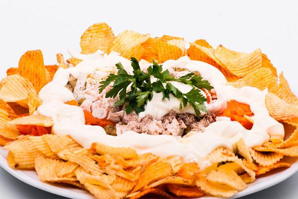 Рыбный салат с чипсами