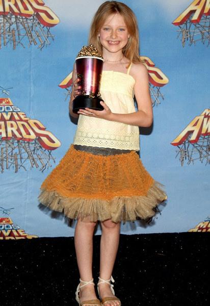 На церемонии MTV Movie Awards-2005 Дакота получила приз за роль в фильме «Дрянные девчонки»