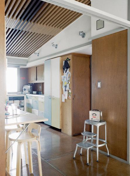 Кухня осталась неизменной с 50-х годов. Новые хояева Мелисса и Эрик лишь перекрасили шкафчики, чтобы добавить в интерьер цвета.