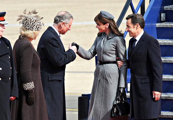 Камилла и Чарльз встречают чету Саркози. Наряд Камиллы явно проигрывает наряду Карлы Бруни.