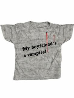 """Надпись на футболке """"мой парень вампир"""" звучит достаточно убедительно, чтобы никому и в голову не пришло подойти к вам слишком близко."""