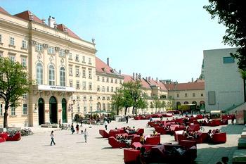 Музейный квартал расположился на территории 60 000 кв. м в отреставрированном здании императорских конюшен.