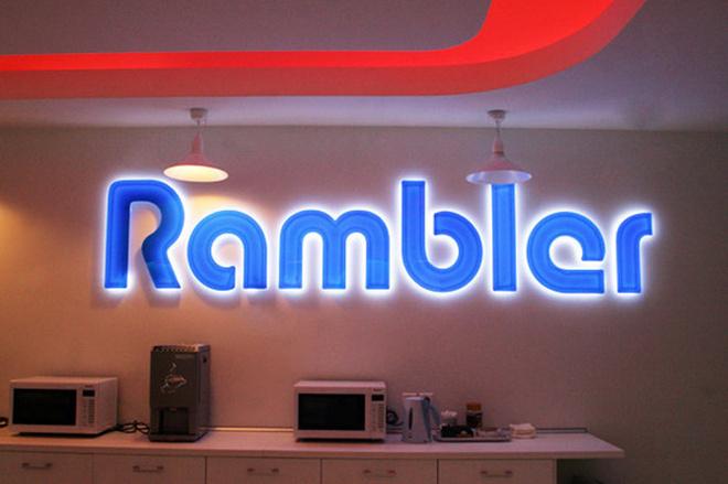 Самое удивительное место в Рамблере – кухня и столовая. Приглушенный свет, иллюминация и светящийся логотип компании.