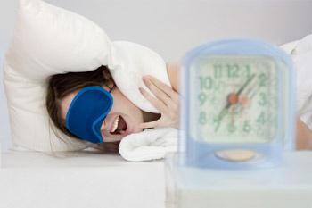 Если нарушение режима сна не проходит со временем, следует обратиться за помощью к врачу.