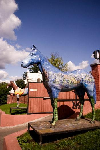 Вход на территорию охраняют два расписных коня в натуральную величину. Почти что троянские...