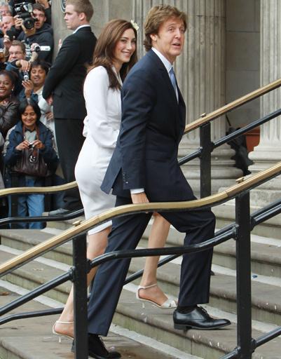 Пол Маккартни и Нэнси Шевелл направляются оформили свои отношения в Лондоне.