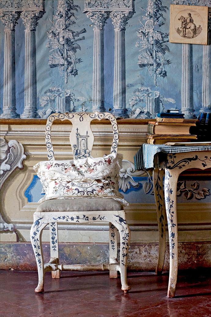 Расписные стулья в Голубой комнате сделаны сиенскими мастерами в начале XIX века.