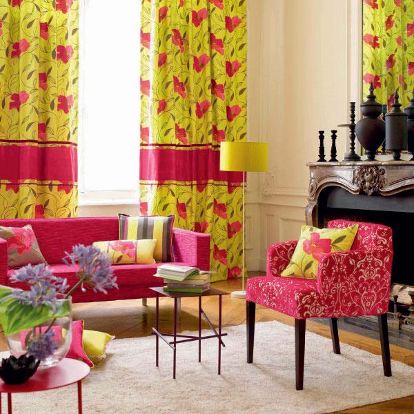 «Цветущий вид» этой гостиной придают ткани Camengo из коллекции Yumiko, студия «Артвилль».