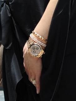 Бекхэм (Victoria Beckham) носит массивные часы с тремя циферблатами