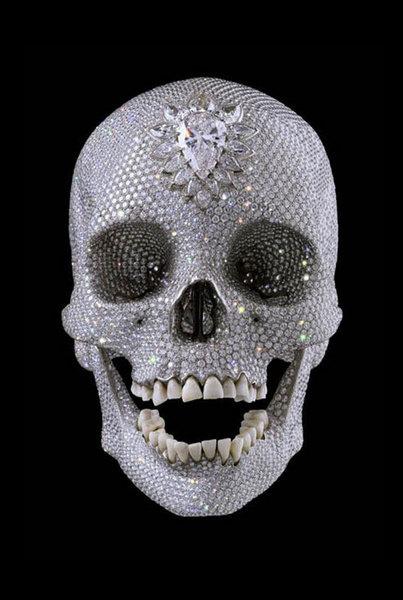 Человеческий череп, инкрустированный 8601 бриллиантом. В 2007 году необычный предмет искусства был продан за 100 миллионов долларов. Впрочем, у Хtрста не один череп в драгоценных камнях.