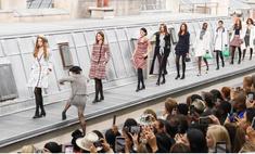 Блогерша влезла и прошлась вместе с моделями по подиуму во время показа Chanel, но ее остановила Джиджи Хадид (видео)