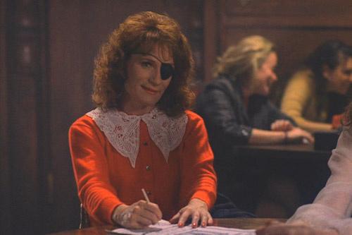 Одноглазая Нардин (Венди Роби) – сумасшедшая женщина, наделенная мужской силой. Ей кажется, что она школьница.