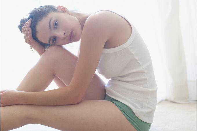 Девушка, сидящая на полу