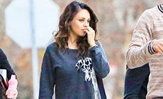 Молодая мама: Мила Кунис надела детский свитер
