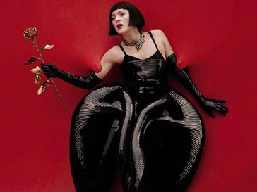 Марион Котийяр (Marion Cotillard) в пластиковом платье Van Herpen и боди Dolce & Gabbana