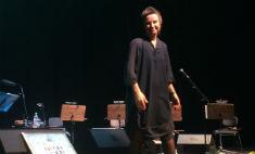 На концерте в Омске Светлана Сурганова выступала со скрипкой и в кедах