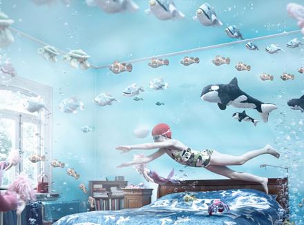 Девочка «плавает» в комнате