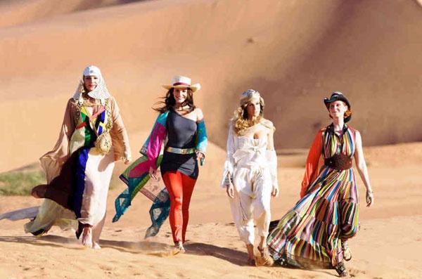 Не одна Ким Кардашьян любит разгуливать по пустыне в шпильках