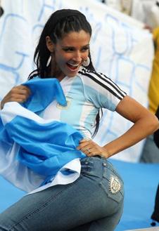 Аргентинки поворачиваются к стадиону не только лицом.