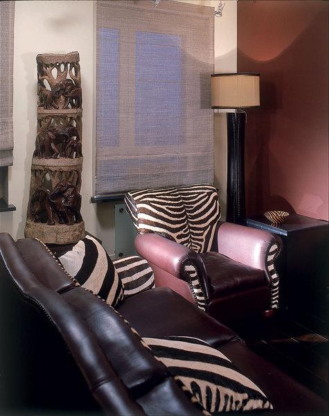 В гостиной кожаный диван со вставками из шкуры зебры, Van Den Berg (ЮАР).Торшер, Carella Carving. Штора из конского волоса, Crin