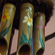 Музыка ветра из бамбука с изображением цветов.
