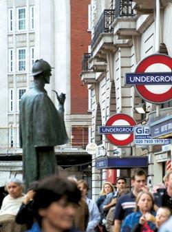 Бронзовый Холмс с неизменной трубкой невозмутимо взирает на лондонскую толпу, бурлящую у входа на станцию метро «Бейкерстрит». Памятник установлен в 1999 году