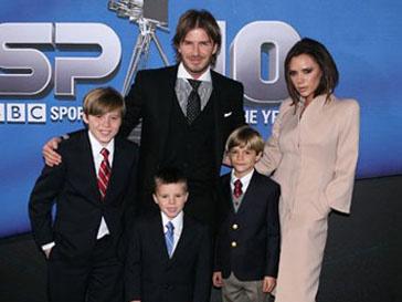 Дэвид (David Beckham) и Виктория Бекхэм (Victoria Beckham) с сыновями