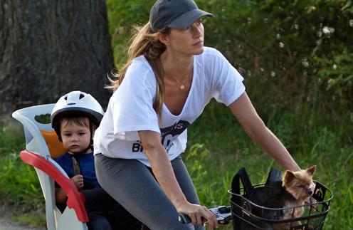 Жизель Бундхен совершает велопробег вместе с сыном Бенджамином.