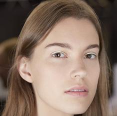 Бьюти-тренд: цветные стрелки на показе Dior