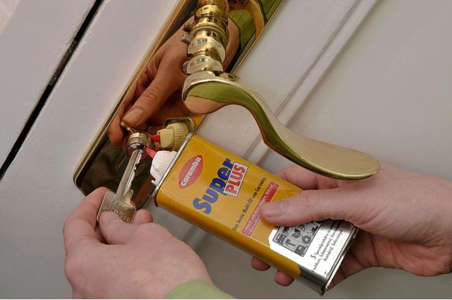 как смазать межкомнатную дверь