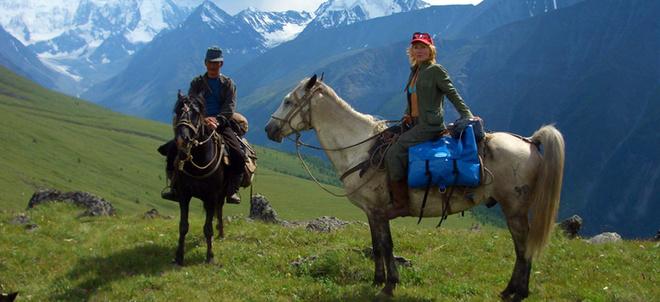 Груз везет конь, а вы едете себе верхом, поглядывая вокруг, да наслаждаетесь прелестью гор, озер и водопадов, которые в изобилии встречаются на многочисленных маршрутах Алтая.