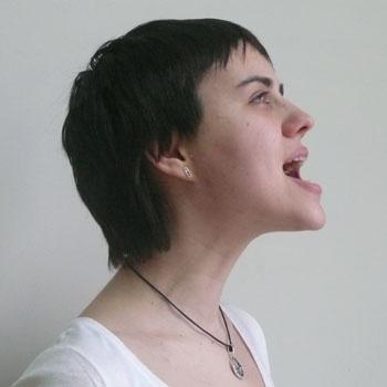 8. Упражнение для укрепления всего контура лица. Напрячь щеки и подбородок: широко раскрыть рот, выдвинуть вперед нижнюю челюсть. Сильно напрячь мышцы шеи и челюсти. Расслабить.