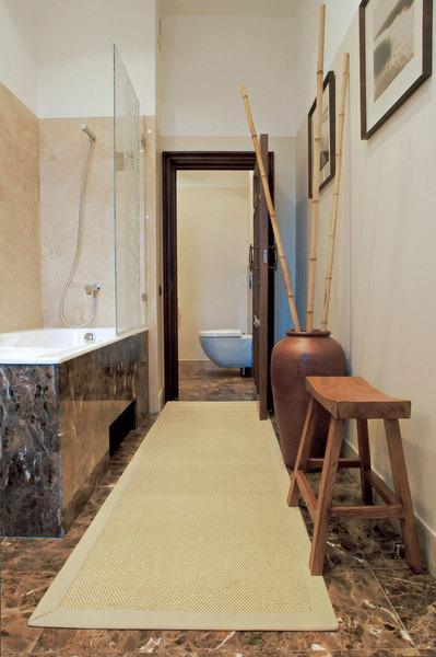 В отделке ванной использован мрамор.
