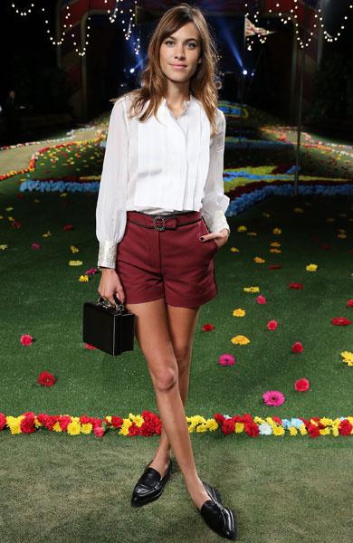 Алекса Чанг носит лоферы с мини-шортами и белой блузой