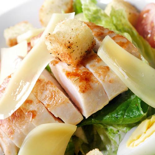 В качестве основного ингредиента в «Цезаре» вы можете обнаружить также бекон, ветчину, индейку, тунец, филе судака, краба и даже филе селедки и шпроты.