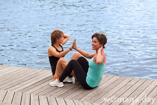 Упражнения на пресс: парные скручивания, фото