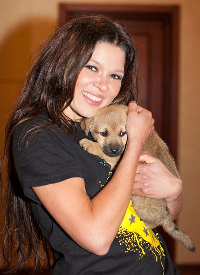 Руслана подобрала бездомных кота и собаку