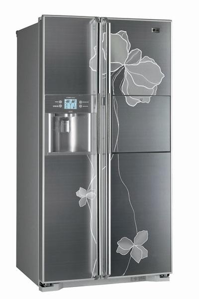 Холодильник GR-P247JHLE (LG), 98 000 руб. Оснащен отделением Miracle Zone – специальной зоной для свежих продуктов, температура которой регулируется через внешний цифровой ЖК-дисплей.