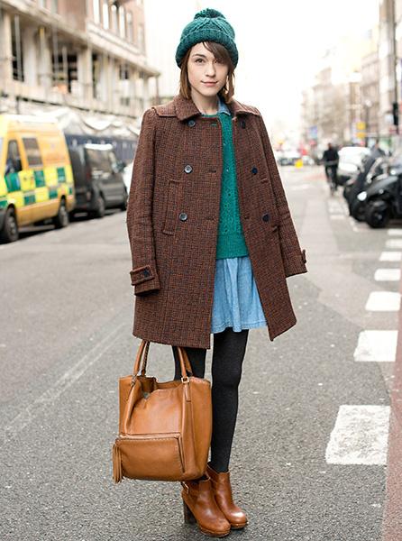 Теплая шапка и мини-юбка - вариант для свидания на катке