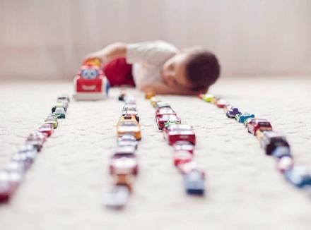 Ребенок с машинками