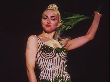 Мадонна (Madonna) в легендарном бюстгальтере во время тура в 1990 году